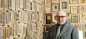 Cesare Zavattini davanti alla sua collezione