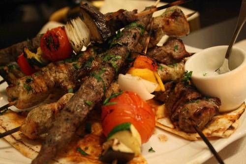 mescola sapori e profumi come la terra da cui origina non potrebbe essere diversamente la cucina del libano un paese di appena 10000 chilometri quadrati